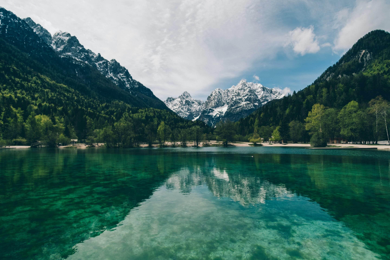 Lac entouré de montagnes pour s'apaiser et diminuer la douleur des céphalées de tension