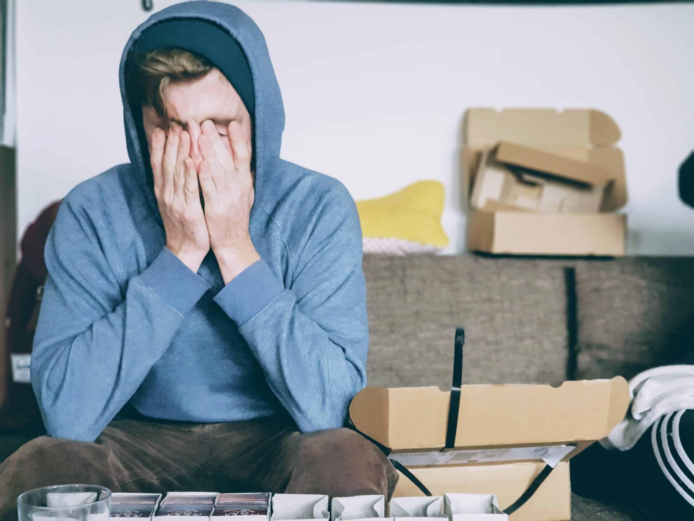 Personne fatigué qui met ses mains sur sa tête pour faire une pause et diminuer ses céphalées de tension nerveuses