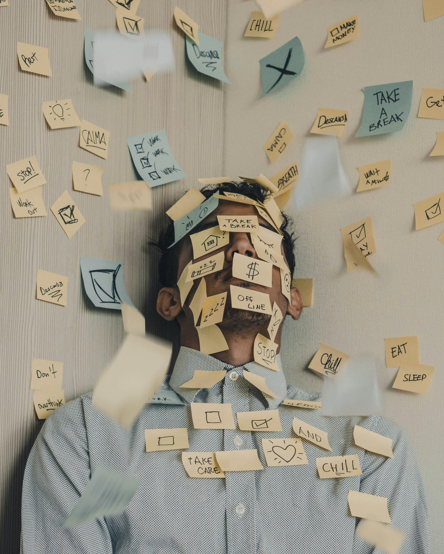 Céphalée de tension nerveuse à cause de nombreuses tâches à faire